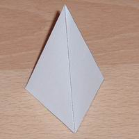 Eşkenar üçgen piramit resmi